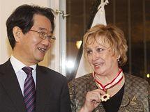 Věra Čáslavská převzala od japonského velvyslance Čikahita Harady Řád vycházejícího slunce.