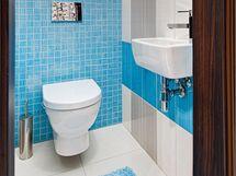 Na toaletě architektka efektně zkombinovala tvarovky z kolekce Mikado a na podlaze Sydney (Rako)