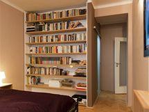 Knihovna Lenku nadchla, původní police doplnily bílé lesklé panely