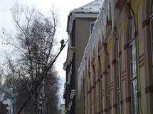 Hasiči ve Frenštátě pod Radhoštěm shazují rampouchy, které ohrožovaly chodce.