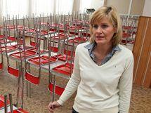 Ředitelka ZŠ Komenského 1 ve Zlíně Ilona Garguláková ukazuje prázdnou jídelnu. Kvůli stávce odborářů 8. prosince 2010 se ve škole nevaří a neuklízí.
