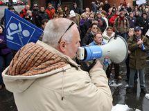 Tři stovky lidí stávkovaly u brány do areálu Svit ve Zlíně.