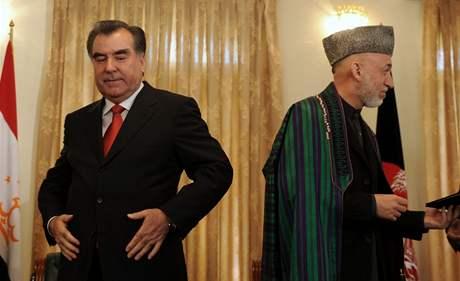 Prezident Tádžikistánu Emomali Rahmon a jeho afghánský protějšek Hamíd Karzáí (vpravo)