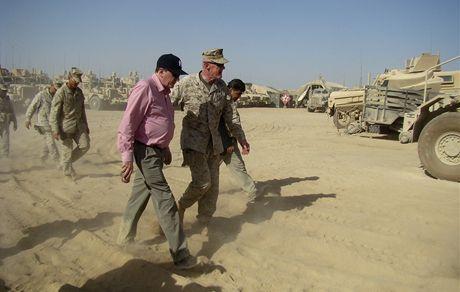 Zvláštní vyslanec v Afghánistánu a Pákistánu Richard Holbrooke (vlevo) a při návštěvě amerických jednotek v provincii Hílmand (21. června 2010)