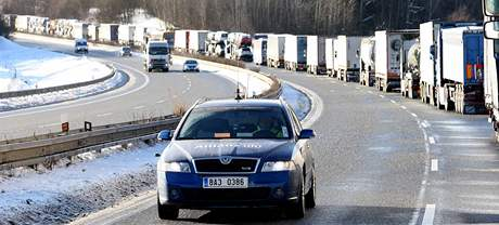 Dálnice D5 byla uzavřena kvůli nehodě na 134. kilometru u Přimdy, kde auto srazilo jednoho z řidičů, který šel postavit trojúhelník. Na místě zemřel.