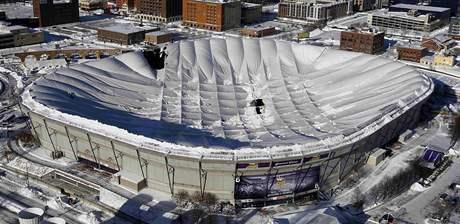 Propadlá střecha stadionu Minneapolis Metrodome