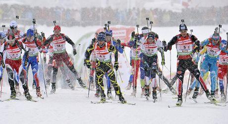 Start štafety biatlonistů