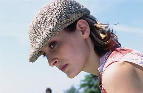 Lehce odvážný módel dámské golfové čepice v pánském stylu.