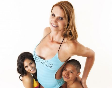 Nejvyšší modelka Amazon Eve s kamarádem Jeronimem Nixem a trpasličí modelkou Qeydou Penate