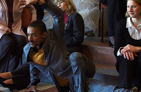 Tanečník Yemi pózoval v neobvyklé poloze