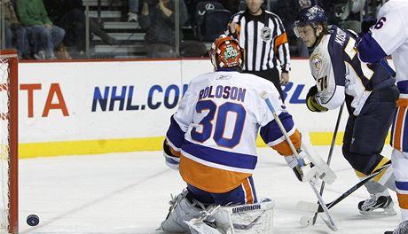 Brank�ø New Yorku Islanders Dwayne Roloson pr�vì inkasoval g�l z hole Sergeje Kosticyna z Nashvillu.