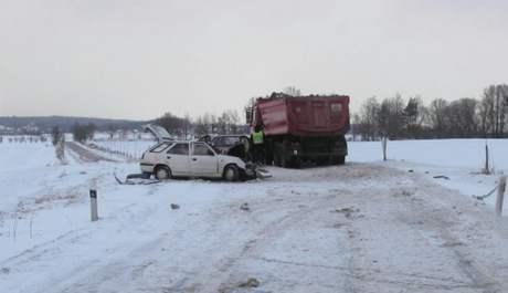 Nehoda mezi obcemi Turovec a Chýnov. Střetla se tu felicie s tatrou.