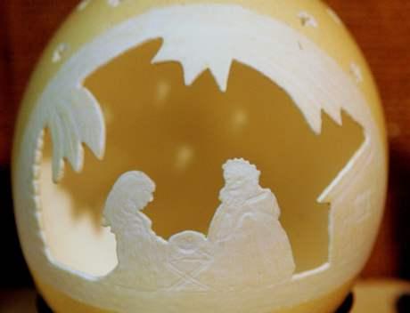 Betlém Filomeny Strádalové vyřezávaný ze skořápky pštrosího vejce.