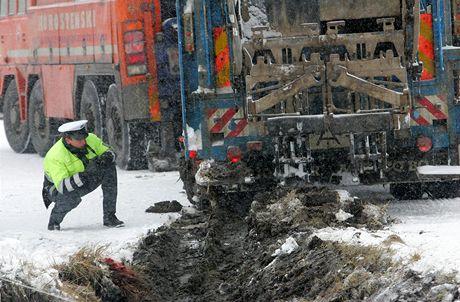 Při nehodě popelářského auta v Malém Dubičném zemřel 40letý popelář. Auto spadlo do příkopu a přimáčklo ho.