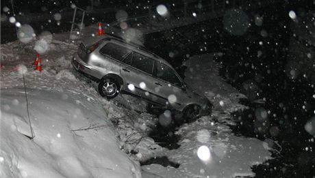 Šofér fiatu nepřizpůsobil rychlost, dostal na sněhu smyk a zastavil až v potoce.