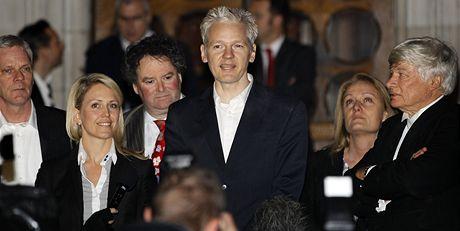 Julian Assange se před soudní budovou objevil se svými přáteli, čekaly ho stovky novinářů a příznivců (16. prosince 2010)
