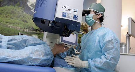 Nový 6D laser Schwin Amaris 750S na oční klinice Gemini ve Zlíně předvedl lékař Pavel Stodůlka na pacientce Martě Vopatřilové.
