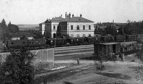 Pohled na havlíčkobrodské nádraží (tehdy ještě v Německém Brodě) z roku 1905 přes koleje.