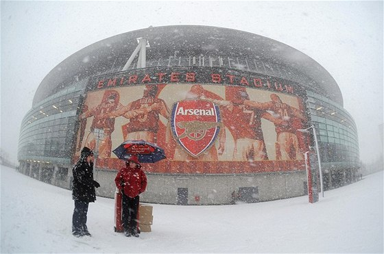 I ve sněhové vánici vypadá Emirates Stadium impozantně.