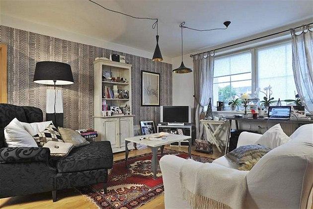Obývací pokoj je vybaven hned n�kolika originálními kousky nábytku z dílny majitelky. N�které obrazy, dekorace a p�edev�ím stoly si vyrobila sama. Nad konferen�ním stolem visí lustry z dílny Toma Dixona.