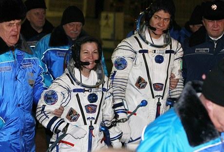 Americká astronautka Catherine Colemanová a její italský kolega Paolo Nespoli před odletem raketoplánu Sojuz TMA-20 k ISS. (15. prosince 2010)