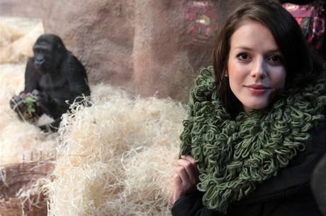 Herečka Andrea Kerestešová se vyfotila s Gambou, jedinou gorilou v pražské zoo narozenou ve volné přírodě