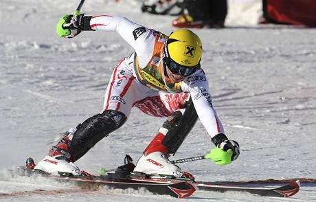 Marcel Hirscher protíná cílovou čáru a vítězí ve slalomu SP ve Val d'Isere