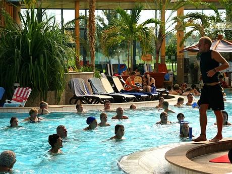Aquagymnastika v termálních lázních je velmi populární