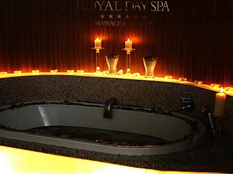 Koupel pro dva v růžových lístcích vRoyal Day Spa
