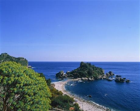 Pláž Isola Bella na Sicílii