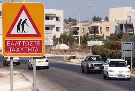 Značku upozorňující na chodce-seniory znají třeba na Kypru.