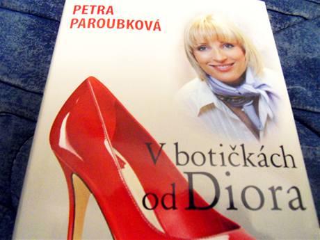 Manželka bývalého premiéra Petra Paroubková napsala knihu V botičkách od Diora, v níž popisuje, jak vidí českou politiku.