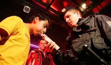 Policista při kontrole prodeje alkoholu mladistvým. Ilustrační foto