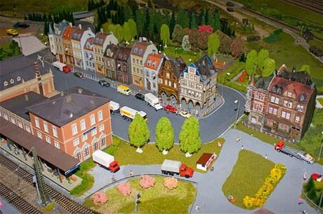 V pohybu nejsou pouze vlaky, ale také auta a další dopravní prostředky.