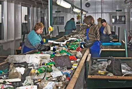 Na třídící lince se ještě kontroluje, zda mezi vytříděným odpadem není něco, co tam nepatří.