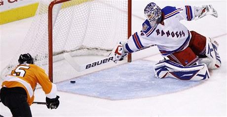 A JE TAM! Andreas Nodl z Philadelphie dává gól do branky Rangers.