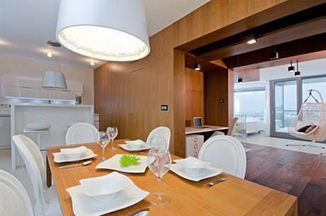 Kuchyni a jídelnu odděluje od obýváku průchod obložený americkým ořechem