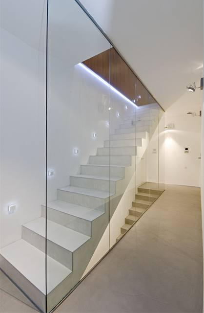 Vnižších patrech jsou skleněné příčky nahrazující zábradlí od podlahy až ke stropu
