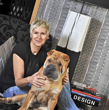 Pavla a jej� pes Burney, dosp�l� d�ti u� bydl� samy
