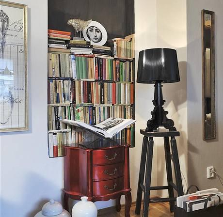 Z�kout� s knihovnou zdob� drobn� komoda, kterou Pavla zakoupila v Anglii. Origin�ln� kousky dopl�uje lampa Bourgie (Kartell). Stolek je tak� dom�c� v�roby.