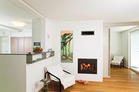 V pozadí krbu jsou dobře patrné posuvné dveře (šířka 190 cm, výška 235 cm), které v případě potřeby dělí prostor obývacího pokoje