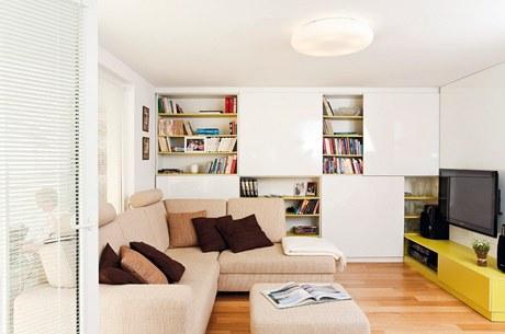 Pohovka je rozkládací a spolu s taburetem obsahuje i úložné prostory. Obývací stěna využívá čtyři