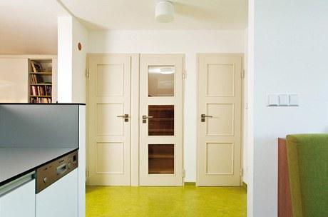 Bílé dveře v interiéru