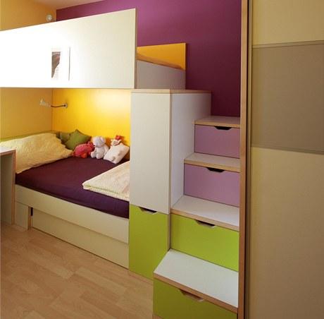Horní postel slouží na spaní, spodní na hraní