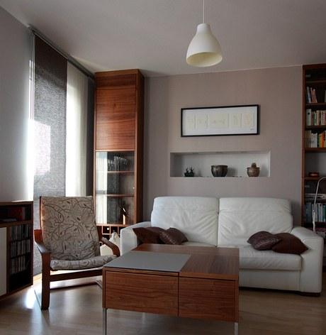 Obývací pokoj s nikou na dekorace