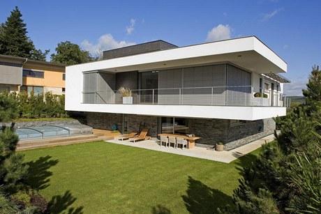 Dům je zasazen ve svažitém terénu atraktivního prostředí malebné přírody. Venkovní posezení v horkých slunečných dnech
