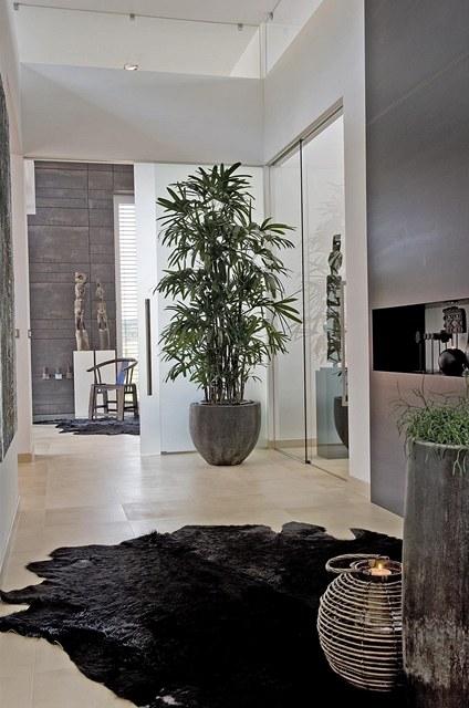 Hřejivou atmosféru a útulnost dodávají modernímu interiéru předměty z celého světa