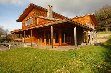 Při návrhu domu se Jan Zemánek volně inspiroval tvorbou amerického architekta Jamese Cutlera, jehož návrhy rezidencí charakterizují kvalitní materiály a citlivé zasazení do divoké přírody západního pobřeží USA
