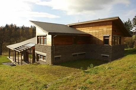 Sestava tří pultových střech skloněných do tří stran dodává domu dynamický vzhled
