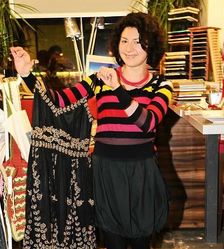 Martha Issová ukazuje šaty z Českého lva, kterých se vzdala kvůli charitě